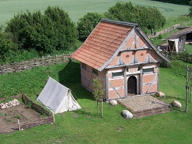 Kapelle mit Zelt Turmhügelburg