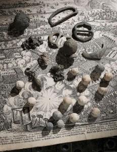 Funde vom Schlachtfeld bei Lützen (1632) auf einer zeitgenössischen Darstellung der Schlacht. © LDA, Foto: Juraj Lipták